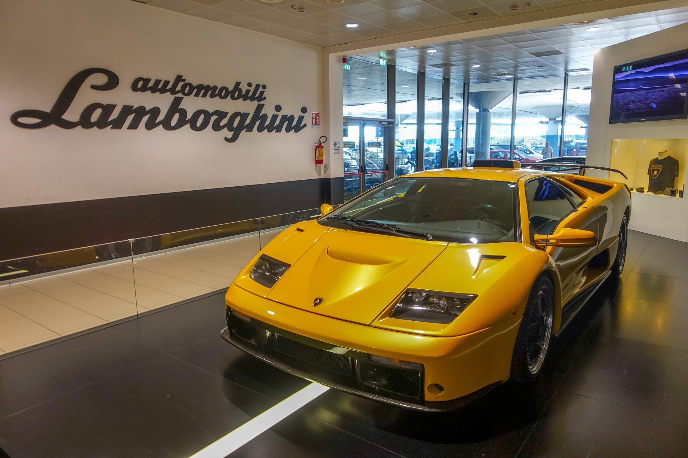 een Lamborghini op de luchthaven