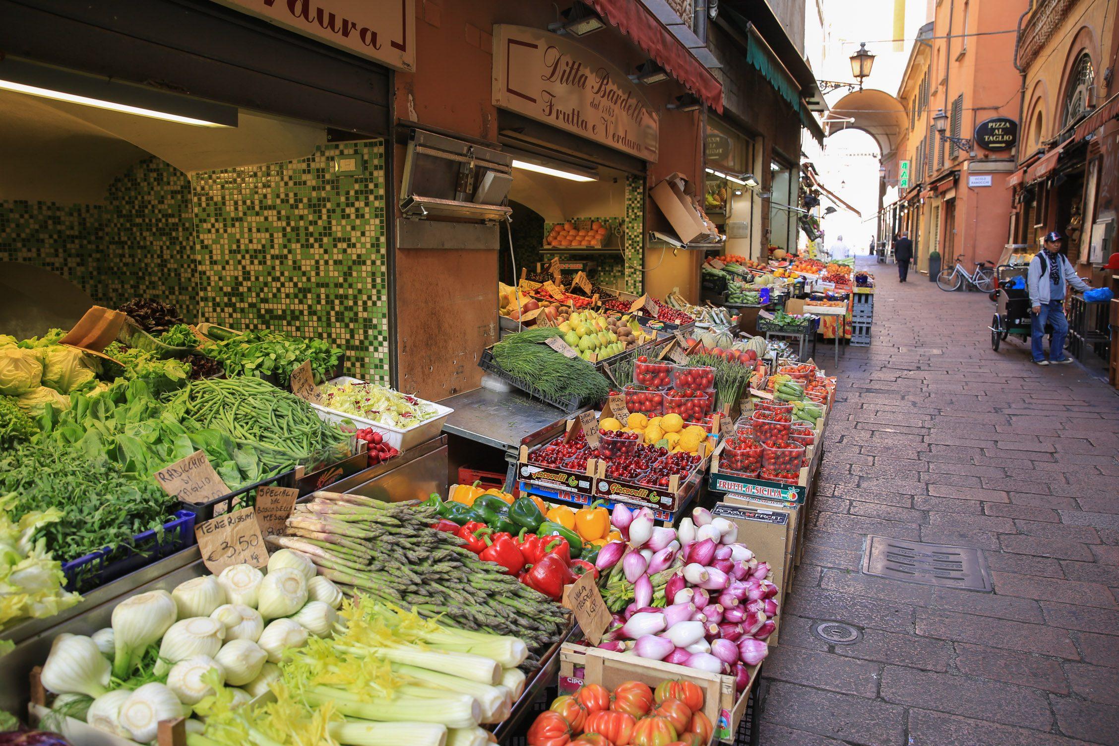 groentes op de oude markt van Bologna